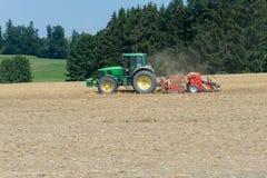 Feld-Maschine auf Feld Lizenzfreies Stockfoto