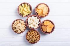 Feld-Mischung von Imbissen: Brezeln, Cracker, Chips Nachos und Popcorn lizenzfreie stockfotos