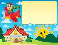 Feld mit Flugzeug und Schule Stockfotos