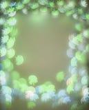 Feld mit grünem und blauem bokeh beleuchtet mit Blumenformen Stockfoto