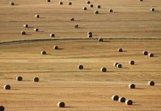 Feld mit großen Strohballen in einem gelegentlichen Muster Lizenzfreie Stockfotos