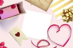 Feld mit Gutschein- und Valentinsgrußherzen Stockfotografie