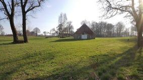 Feld mit Haus lizenzfreie stockbilder