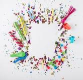 Feld mit Konfettis, Ballonen, Krachmachern und Dekoration auf whi Lizenzfreie Stockfotografie
