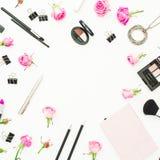 Feld mit Kosmetik, Notizbuch, Stift, Clipn und rosa Rosen auf weißem Hintergrund Beschneidungspfad eingeschlossen Flache Lage Sch Lizenzfreie Stockbilder