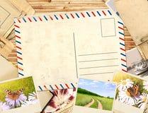 Feld mit Postkarte und alten Fotos Stockfotos