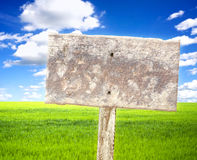 Feld mit Schild Stockfotos