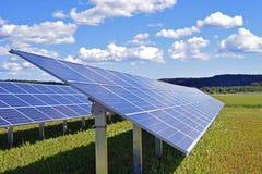 Feld mit Solaranlage Lizenzfreies Stockfoto