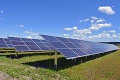 Feld mit Solaranlage Lizenzfreie Stockfotografie