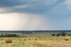 Feld mit Stroh rollt an einem Sommertag Lizenzfreies Stockfoto