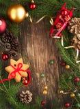 Feld mit Weihnachtsbaumasten, -plätzchen und -verzierungen Stockbild