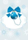 Feld mit Weihnachtskugel und -bogen. Festliche Karte Stockfoto