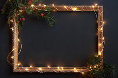 Feld mit Weihnachtslichtern und Dekor auf Schwarzem mit copyspace lizenzfreie stockfotografie