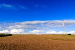 Feld mit Windkraftanlage Stockfotos
