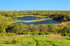 Feld mit zwei Seen Lizenzfreie Stockfotografie