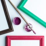 Feld, painbrushe und Acryllack. Lizenzfreie Stockbilder