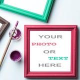 Feld, painbrushe und Acryllack Lizenzfreie Stockfotos