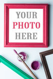 Feld, painbrushe und Acryllack Stockfoto