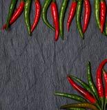Feld roten und grünen Chile-Pfeffers Stockbilder