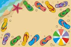 Feld Strandferienhintergrund mit Flipflops Stockfotografie