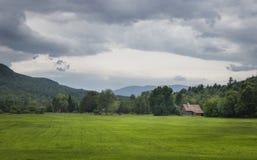 Feld und alte Scheune in den Adirondack-Bergen Stockfotografie