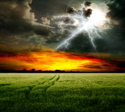 Feld und Blitz im Himmel Lizenzfreie Stockfotografie