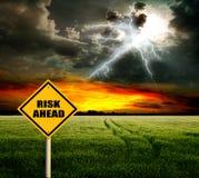Feld und Blitz im Himmel.  Risiko von Ernteverlusten Lizenzfreies Stockfoto