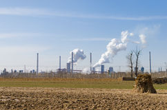 Feld und Fabriken Lizenzfreie Stockbilder