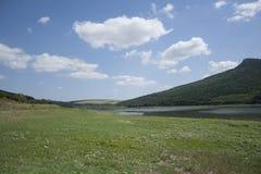 Feld und See Stockbild