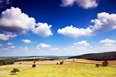Feld und Wolken von Bourgogne lizenzfreies stockbild