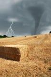 Feld unter stürmischem Himmel Lizenzfreies Stockfoto