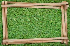 Feld von bereiten das Papier auf, das mit Freiexemplarraum auf grünem Gras geschnitten wird Lizenzfreies Stockbild
