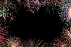 Feld von den bunten Feiertagsfeuerwerken mit Raum Lizenzfreies Stockbild