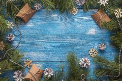 Feld von den Kiefernniederlassungen und -Geschenkboxen auf blauem hölzernem backgroun Stockbilder