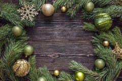 Feld von den Kiefernniederlassungen und von den Weihnachtsdekorationen auf einer Dunkelheit Lizenzfreie Stockbilder
