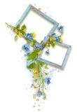 Feld von den Rahmen in der Form von Herzen mit Blättern und den blauen und gelben Blumen Lizenzfreies Stockbild