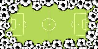 Feld von Fußbällen auf Fußballneigung Lizenzfreies Stockfoto