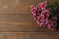 Feld von Herbstblumen von Chrysanthemen auf einem braunen Holztisch mit einem Platz für eine Aufschrift stockfoto