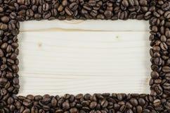 Feld von Kaffeebohnen auf Holztisch Hintergrund Stockfotografie