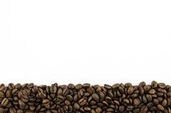 Feld von Kaffeebohnen auf weißem Hintergrund Stockbild