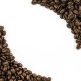 Feld von Kaffeebohnen auf weißem Hintergrund Stockfotografie