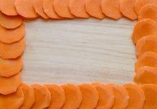 Feld von Karotten auf einem hölzernen Brett Lizenzfreie Stockfotos
