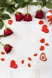 Feld von roten Rosen und von Herzen auf einem hölzernen Hintergrund Lizenzfreie Stockbilder