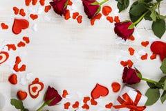 Feld von roten Rosen und von Herzen auf einem hölzernen Hintergrund Lizenzfreies Stockfoto