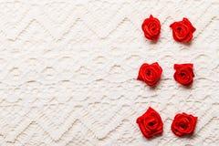 Feld von roten silk Rosen auf Spitze Stockbilder
