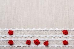 Feld von roten silk Rosen auf Stoff Lizenzfreies Stockfoto