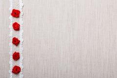 Feld von roten silk Rosen auf Stoff Lizenzfreies Stockbild