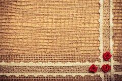 Feld von roten silk Rosen auf Stoff Stockfotografie