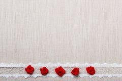 Feld von roten silk Rosen auf Stoff Stockfoto