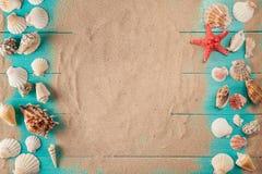 Feld von seashellson auf hölzernem Hintergrund des Sandes Raum für Text Lizenzfreies Stockbild